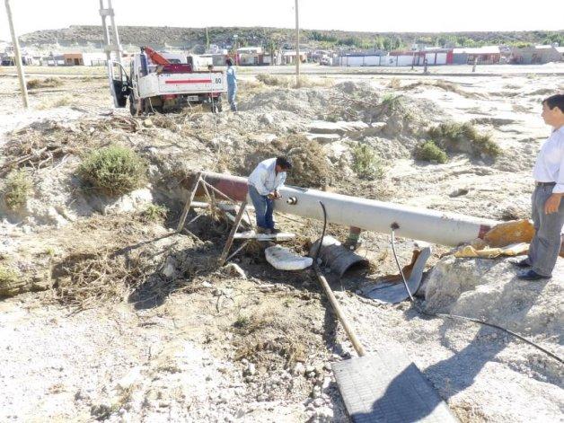 El momento en que el personal de la SCPL efectúa la desconexión de las tomas clandestinas de agua.