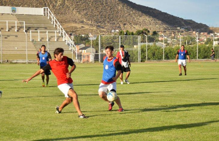 Darío Yáñez y José Contreras se disputan el balón en el entrenamiento vespertino del CAFA. El defensor será titular el domingo.