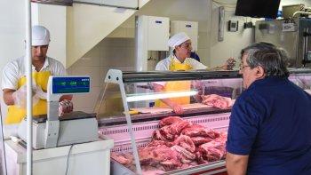 Algunos cortes de carne vacuna cotizan a $200 en Comodoro. El cerdo aparece como alternativa.