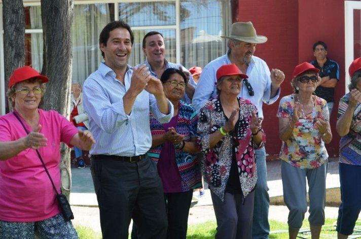 Los adultos mayores recibieron la entrega de gorras y remeras por parte de los funcionarios municipales y representantes de Clear Urbana.