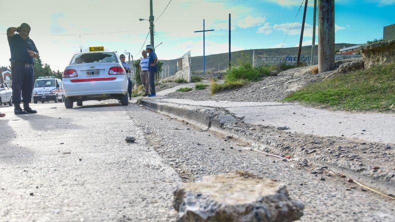 Tras el accidente el taxista fue agredido con un trozo de escombro y sufrió un profundo corte en la cabeza.