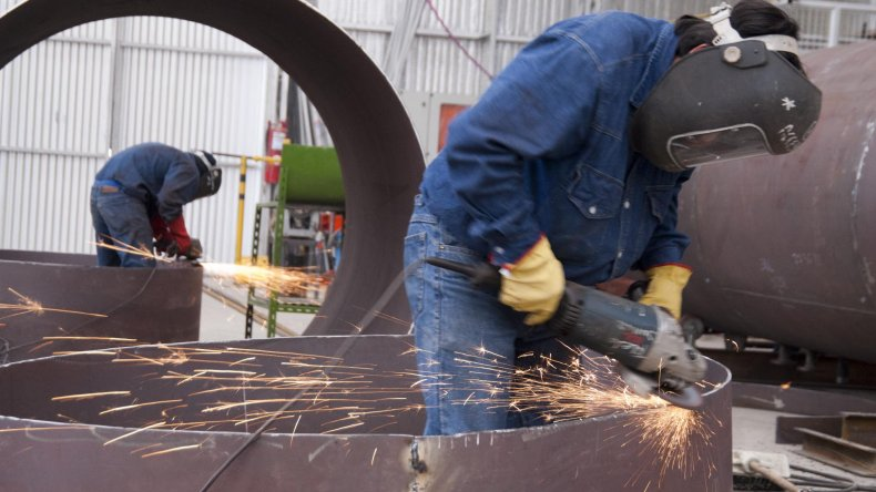 Las empresas que prestan servicios para la industria petrolera empiezan a tener problemas para pagar salarios ante la caída de su facturación.