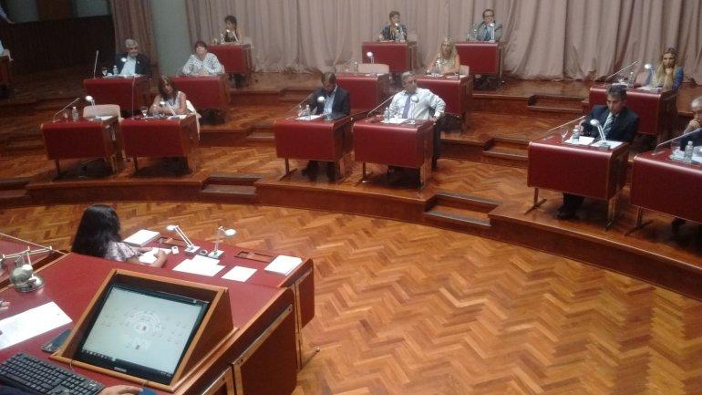 La oposición impuso su mayoría y giró a comisión los temas que el gobernador Mario Das Neves pretendía que la Legislatura resolviera ayer.