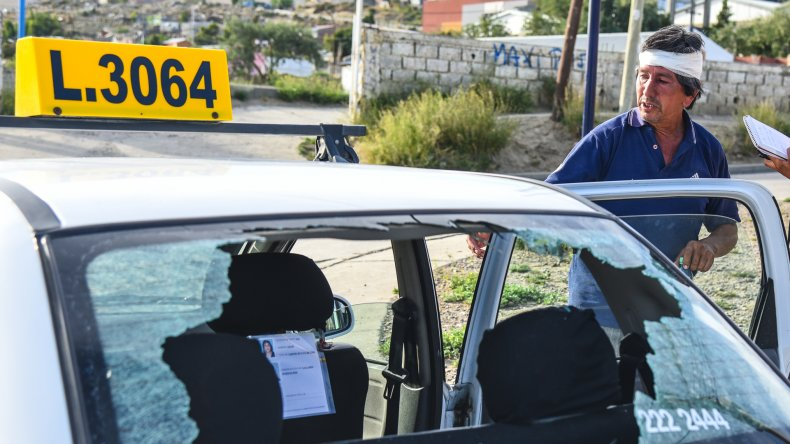 Una mujer golpeó con una piedra en la cabeza a un taxista porque estuvo a punto de embestir a su hijo