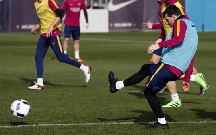 Lionel Messi entrenando ayer de cara al partido de hoy ante el Atlético Madrid.