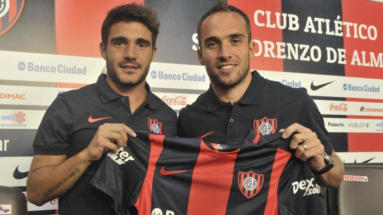 Ezequiel Cerutti y Fernando Belluschi con la camiseta de San Lorenzo.