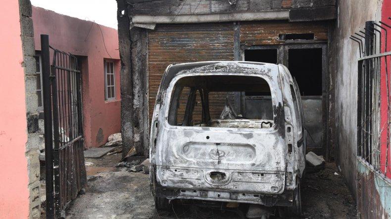 La familia que sufrió el incendio de su utilitario le adjudica los daños a las juntas del barrio.