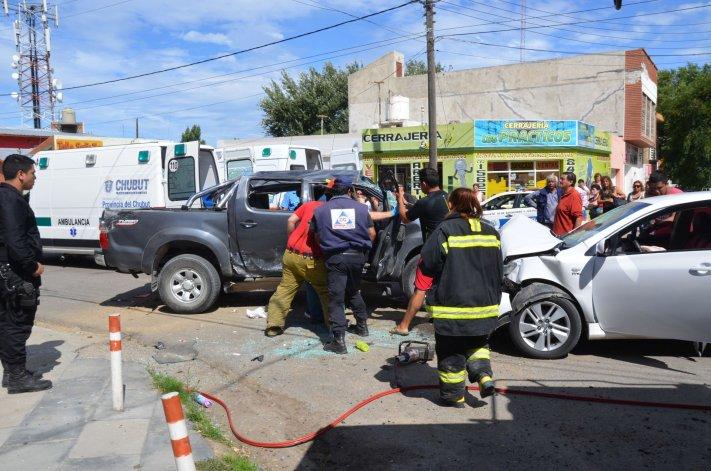 Una camioneta chocó contra un auto y al volcar terminó impactando a otro