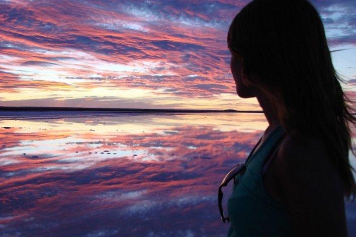 El cielo tiñe todo el paisaje de los colores más increíbles y las cámaras de fotos son imprescindibles para inmortalizar la experiencia.