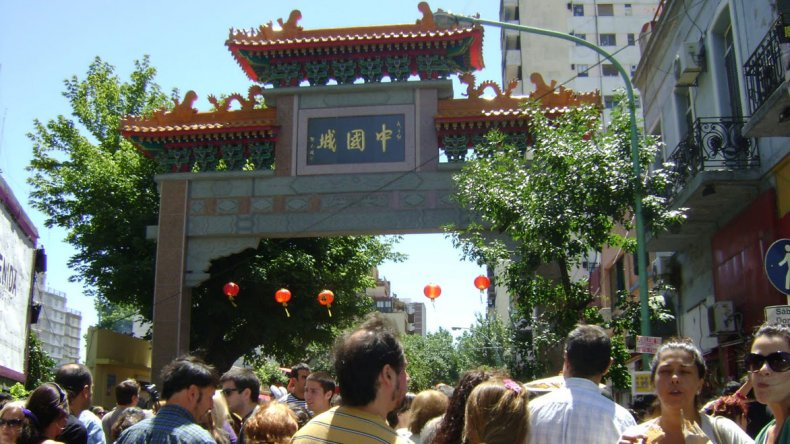 Una opción mucho más económica que los acercará a la cultura oriental es celebrar la llegada del nuevo año en el barrio Chino porteño.