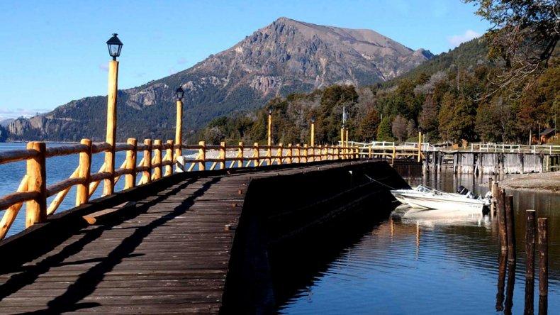 La localidad está enclavada en la ladera de la montaña sobre el majestuoso lago Traful.
