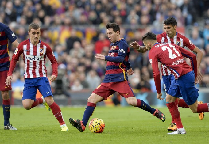Lionel Messi se lleva el balón ante la marca de tres jugadores del Atlético de Madrid.