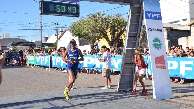 Gilberto Silvestre Lopes ratificó su nivel y se quedó por segunda vez con la Corrida Internacional.
