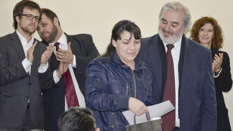 Belén Silva en 2014 al recibir su título secundario en la cárcel de manos del entonces ministro de Educación