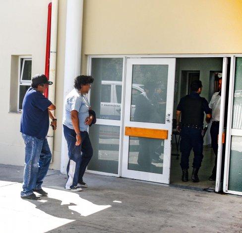 Los heridos ingresan al Hospital Regional. Los apuñalaron en el barrio porque creían que les habían dado información a la policía.