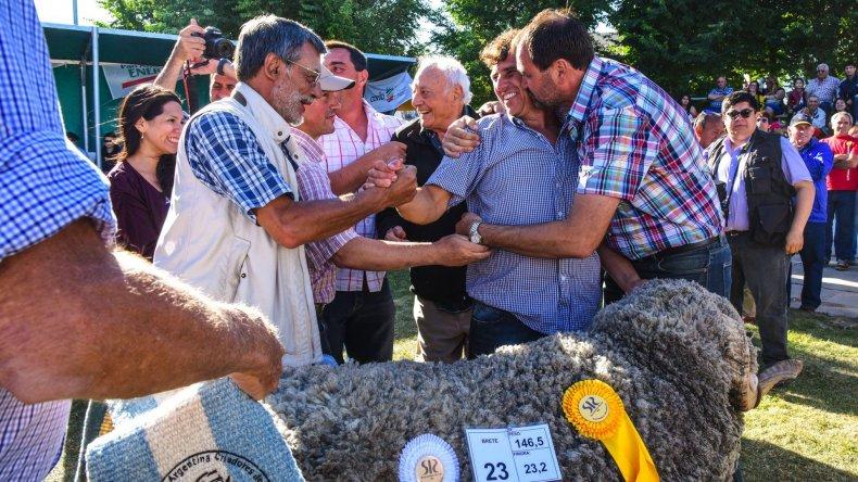 Toda la alegría de los dueños de la cabaña El Estruendo en el momento de la coronación del Gran Campeón Merino Astado.