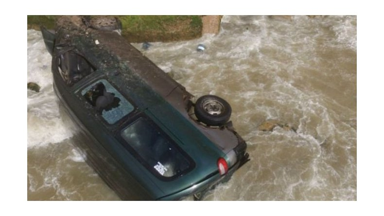Murió al caer camioneta por acantilado en Mar del Plata