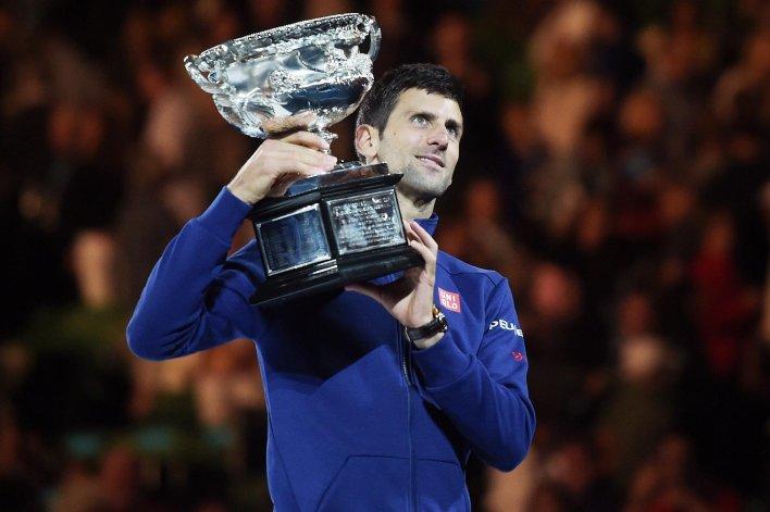 El serbio Novak Djokovic muestra el hermoso trofeo que conquistó por sexta vez en Melbourne.