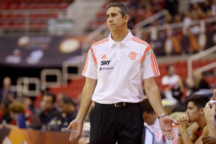 José Alves Neto dirigiendo un partido del Flamengo de Brasil.