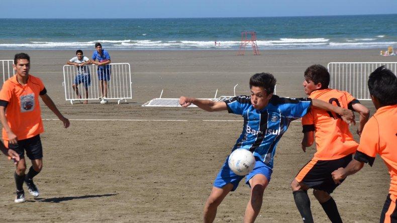 Con el atardecer la 5° edición del fútbol playero consagro a sus campeones.