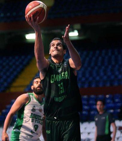Leonardo Mainoldi convierte de dos puntos ayer en el partido que Gimnasia Indalo le ganó a Aguilas de Tunja