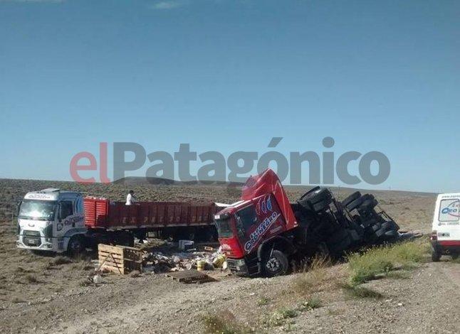 Un camión volcó y cinco personas intentaron robar la mercadería pero fueron detenidas