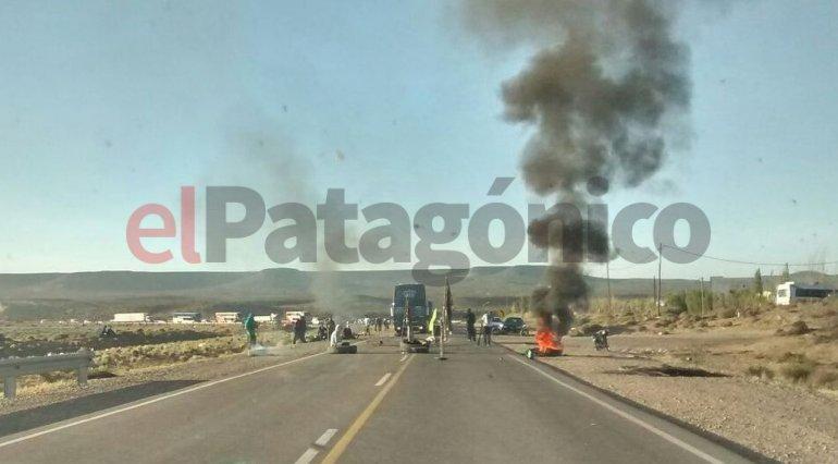 Continúan los piquetes en los accesos a Caleta: dejan pasar cada cuatro horas