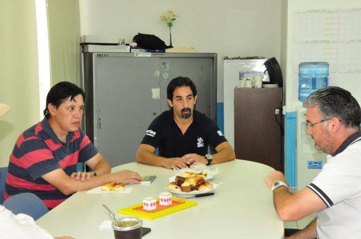 Hernán Martínez -derecha- durante la reunión que mantuvo con dirigentes deportivos de Esquel.