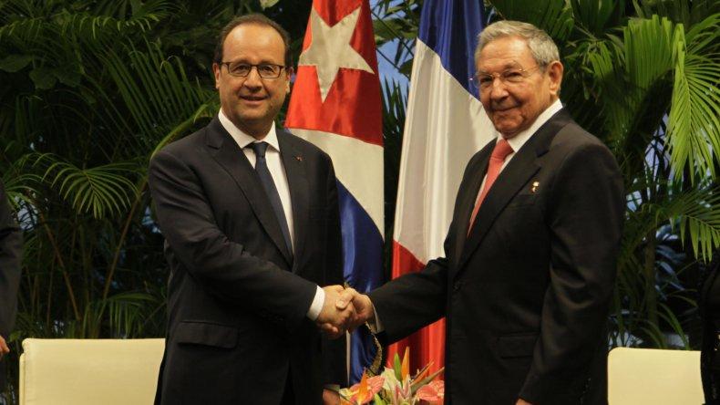 François Hollande y Raúl Castro durante la visita del mandatario cubano a París.