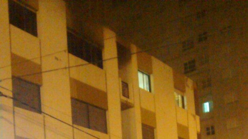 Bomberos y Policía tuvieron que intervenir durante la madrugada de ayer en la emergencia.