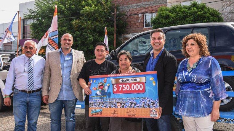 La entrega del premio. Desde Lotería informaron que todas la semanas sortearán un auto cero kilómetro.