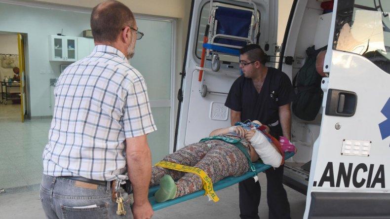 Los equipos de urgencia ingresan al Hospital Regional con uno de los heridos.