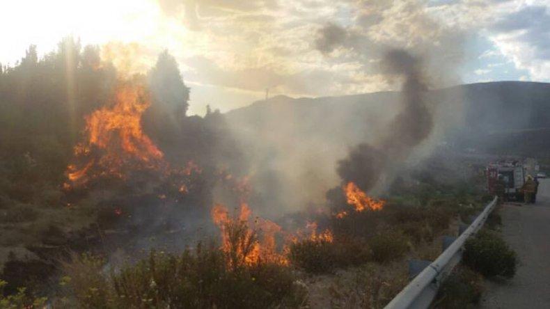 Incendio de pastizales afectó el patio de una casa