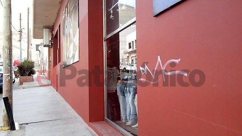 Arruinaron con pintadas las paredes de un comercio céntrico