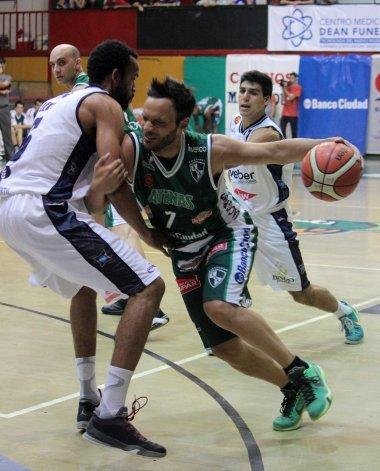 El base Bruno Lábaque intenta un ataque marcado por el panameño Jamaal Levy (Weber Bahía).