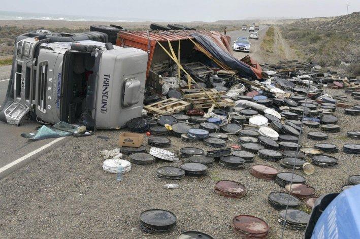 El camión y el semi quedaron bloqueando parcialmente la ruta y la carga de tambores prensados se esparció sobre una de las banquinas.