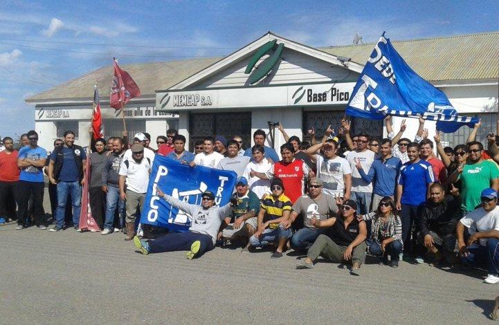 Los trabajadores de MENCAP mantienen bloqueada desde ayer la base de la empresa en Pico Truncado.