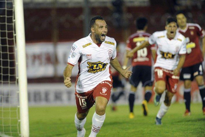 Mariano González festeja el gol que le dio la victoria anoche a Huracán frente al Caracas en el Tomás Ducó.