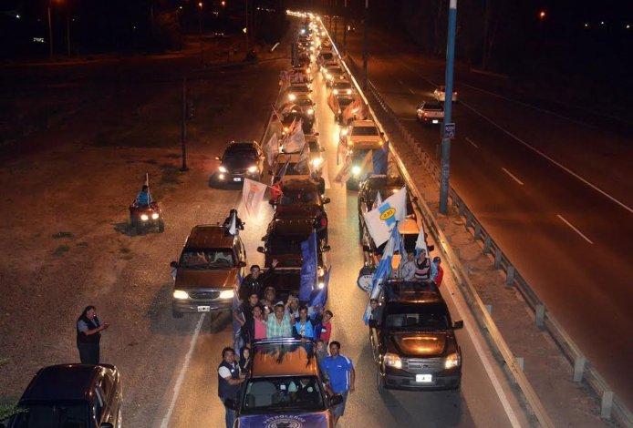 Caravana y fuegos artificiales para recibir a Jorge Ávila