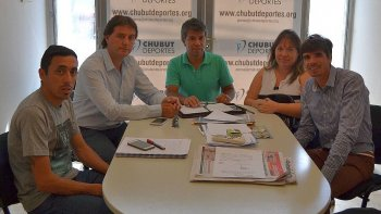 Jorge Mérida, director de Deportes de Rada Tilly -der-, se reunió con autoridades de Chubut Deportes en Rawson.