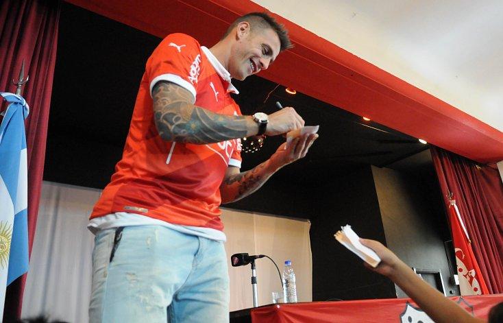 Germán Denis volvió al Rojo y ya firmó sus primeros autógrafos.