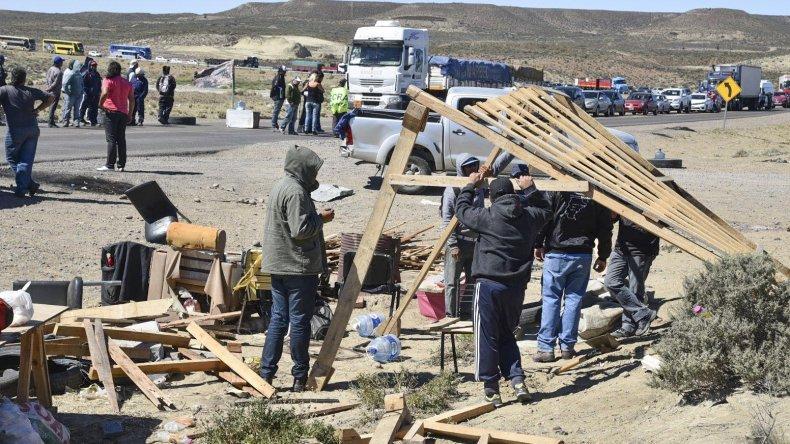 Los piquetes de trabajadores desocupados de la construcción pusieron en situación de emergencia a numerosas localidades de la zonas norte y centro de Santa Cruz. Al promediar la tarde de ayer hubo una leve flexibilización en los apostados en los accesos sur y oeste de Caleta Olivia.
