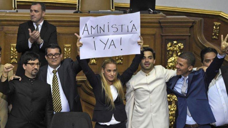 En primera lectura el parlamento venezolano aprobó discutir la anmistía para los presos políticos.