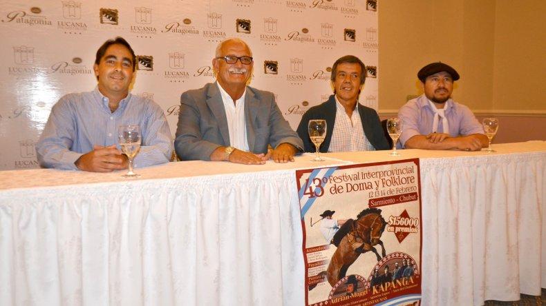 Autoridades del Deportivo Sarmiento y el intendente de la localidad