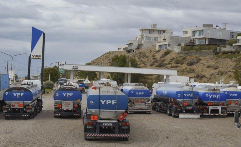 Más de sesenta camiones cisternas que transportan combustibles y gas licuado se encuentran inmovilizados en inmediaciones de dos estaciones de servicio de Caleta Olivia.