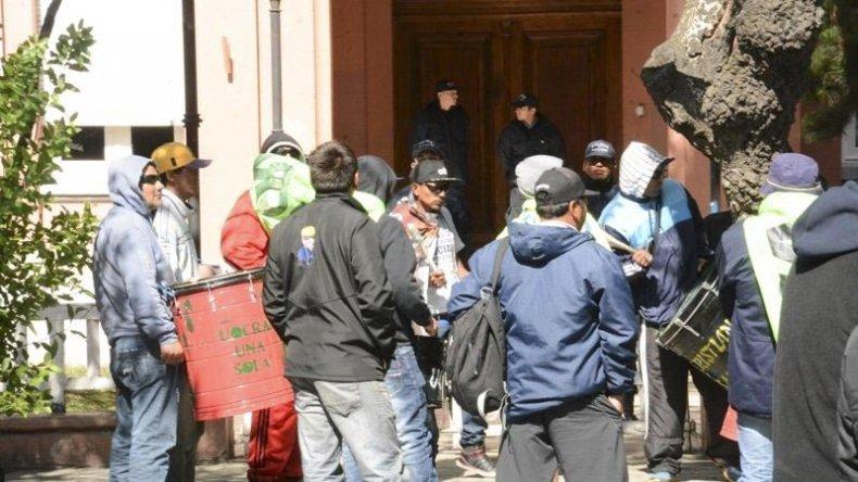 Dirigentes de la UOCRA y desocupados de la empresa Austral Construcciones instalaron un campamento en Río Gallegos