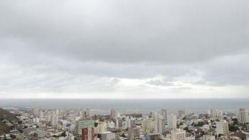domingo con cielo nublado en la ciudad