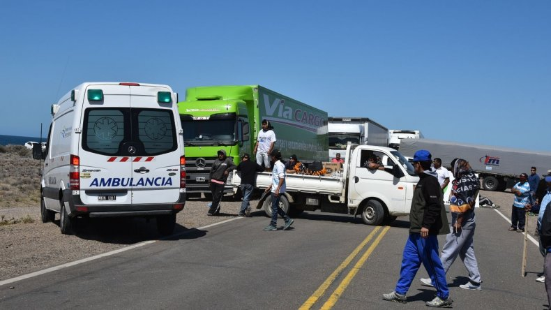 Algunas ambulancias tuvieron que ir a campo traviesa para sortear el bloqueo en el acceso norte debido a varios contrapiquetes de la UOCRA.