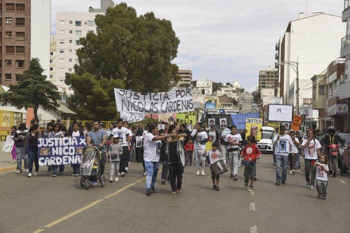 Unas 200 personas marcharon y cortaron las calles para que los fiscales hablen con los padres de Nicolás Cárdenas y Jorge Hernández