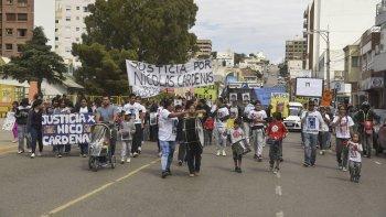 Unas 200 personas marcharon y cortaron las calles para que los fiscales hablen con los padres de Nicolás Cárdenas y Jorge Hernández, dos víctimas de homicidios en Comodoro Rivadavia.